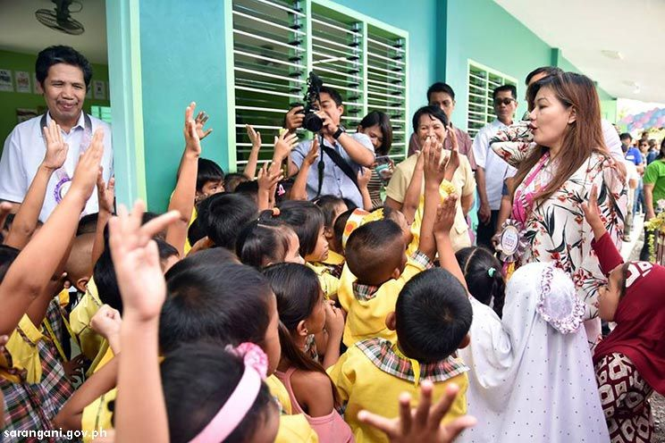 Kids welcome President Duterte's partner