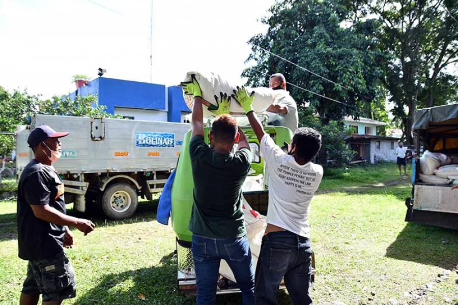 Farmers receive fertilizers from Rice Competitiveness Enhancement Fund