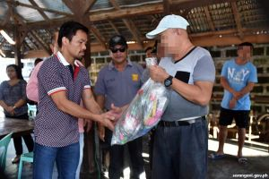 Jail inmates get kits from Sen. Pacquiao