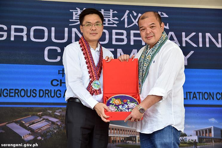 Gov. Solon receives Chinese token