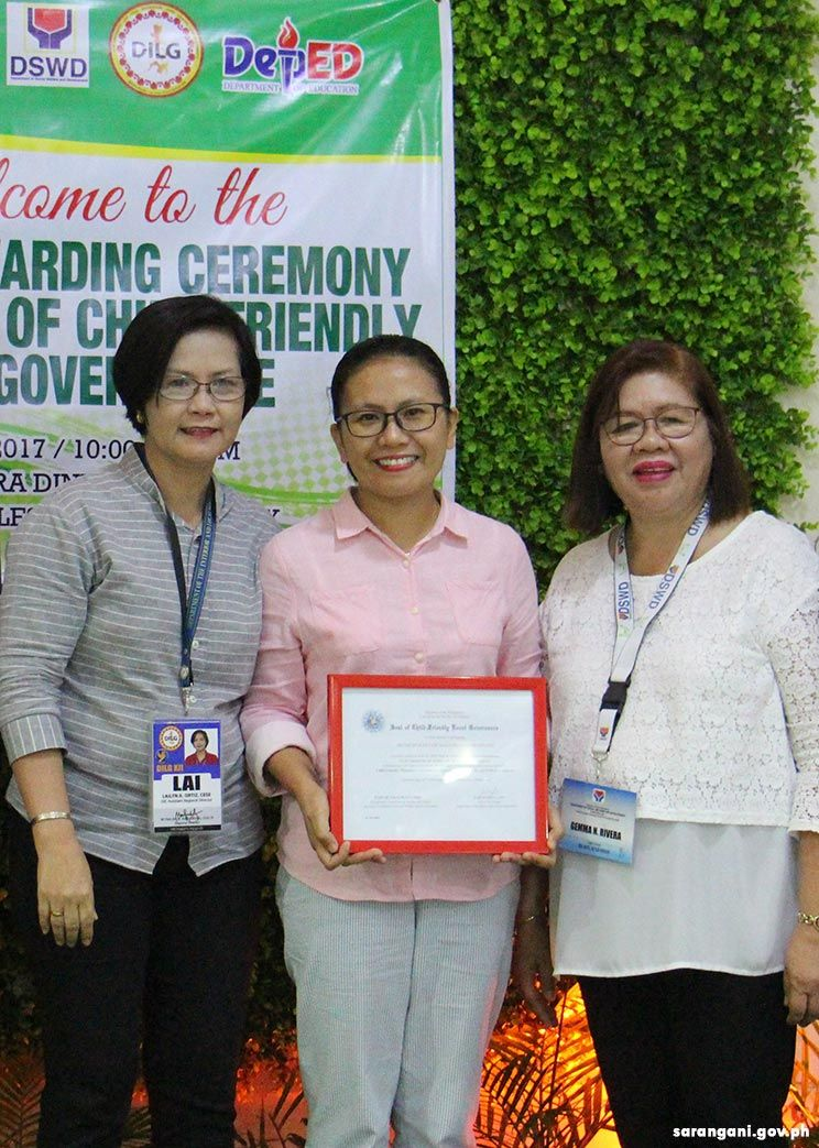 Malungon receives Child Friendly award