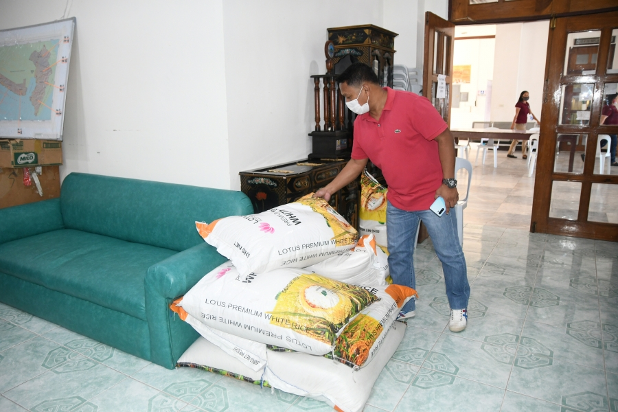 Dadiangas Glass donates rice for frontline workers